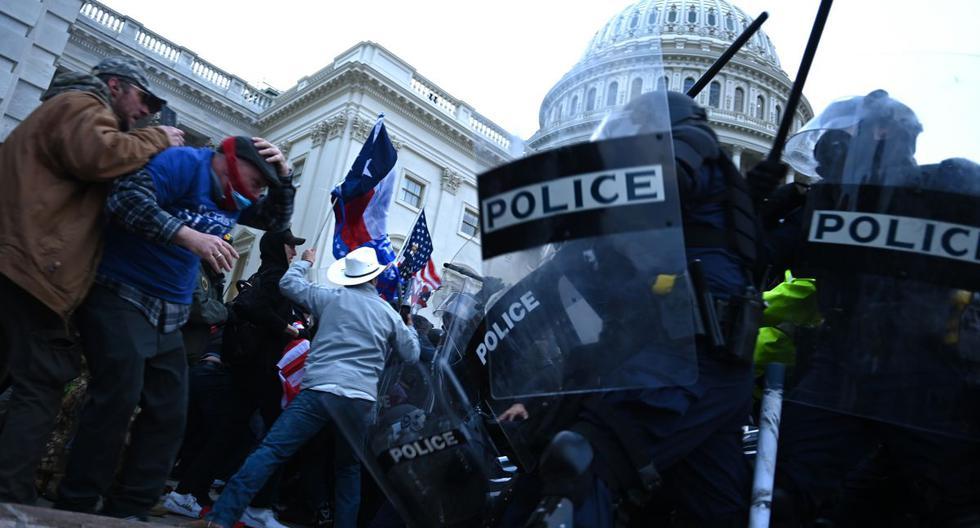 Los partidarios de Trump chocan con la policía mientras asaltan el Capitolio. (Foto de Brendan SMIALOWSKI / AFP).