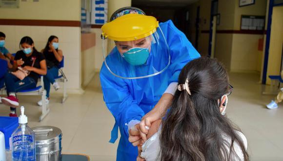 Huánuco: colocan segunda dosis de la vacuna contra el COVID-19 a personal de salud. (Foto: Gore Huánuco)
