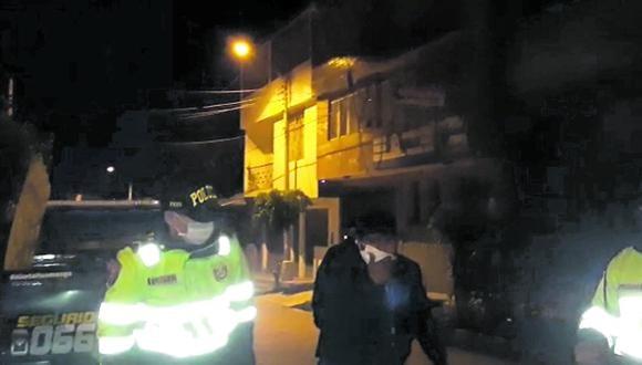 Ayacucho:l os serenos de la comuna de Huamanga acudieron inmediatamente y brindaron ayuda al efectivo. (Foto: Captura de video)