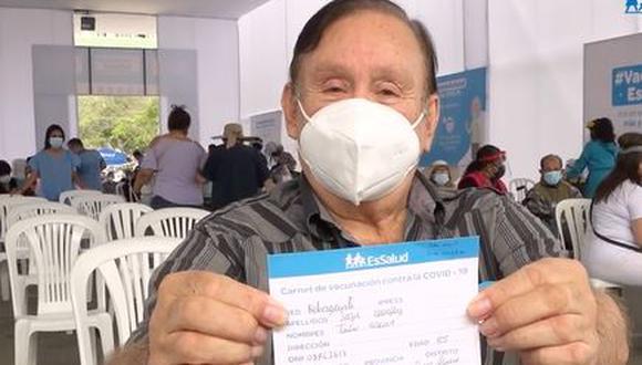"""Tras se inmunizado, el reconocido actor cómico de 85 años reveló que el """"pinchazo ni lo sentí""""."""