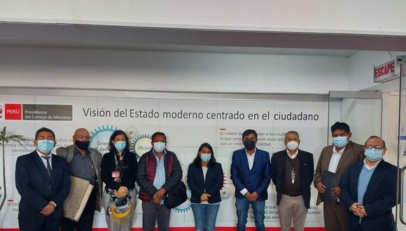 El gobernador de Arequipa, Elmer Cáceres encabezó la comitiva que visitó la PCM.(Foto: Difusión)