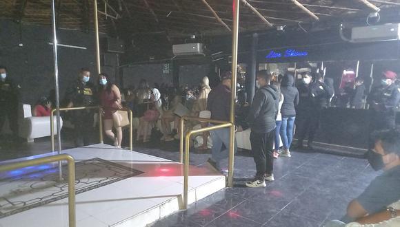 Policía ingresó esta madrugada a local Scapes Club y encontró a 23 mujeres y 17 varones desacatando las normas dictadas para frenar el virus. (FOTO: PNP)