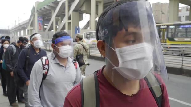 El uso de doble mascarilla será obligatorio para acudir a supermercados, mercados, centros comerciales, y otros lugares en el marco del estado de emergencia por el COVID-19. (Foto: Andina)