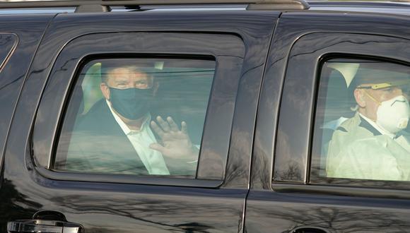Donald Trump, con mascarilla y las ventanas cerradas, apareció en uno de los vehículos blindados de su comitiva presidencial  AFP / ALEX EDELMAN