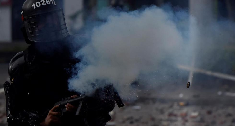 Manifestantes se enfrentan con miembros del Escuadrón Móvil Antidisturbios (ESMAD) durante las protestas en Cali, Colombia. (EFE/ Ernesto Guzmán Jr).