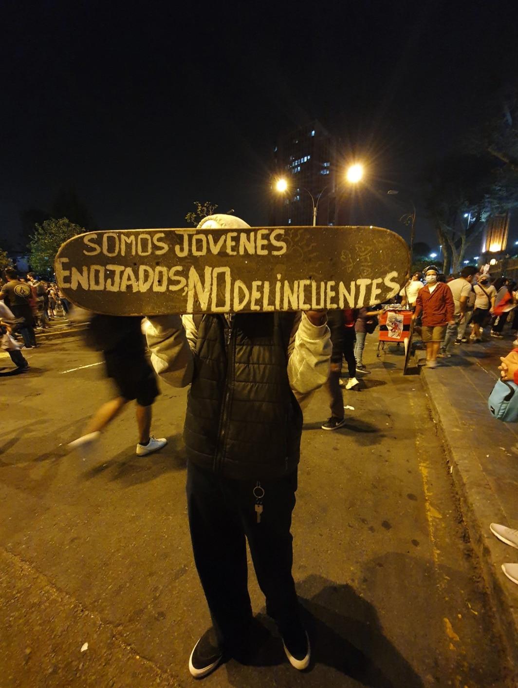 """""""Somos jóvenes enojados, no delincuentes"""". Una imagen capturada antes de los episodios violentos entre manifestantes y PNP. Todavía no se habían reportado asesinatos. (Fotografía: @reiiinamusic)"""