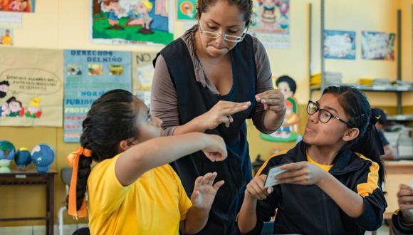 Según el Ministerio de Educación, la inclusión de los menores con discapacidad auditiva se logra con el acceso de materiales educativos, un programa de televisión, guías de aprendizaje, entre otros recursos. (Foto:Minedu)