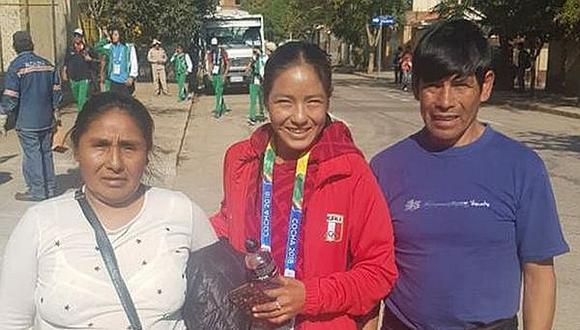 Inés Melchor regaló medalla de oro a sus padres